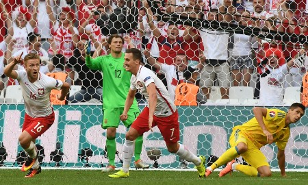 2016年6月21日,歐洲盃C組比賽,波蘭VS. 烏克蘭,波蘭成功晉級。圖為波蘭球員布拉甚奇科夫斯基(左)進球後興奮的表情。(ANNE-CHRISTINE POUJOULAT / AFP)