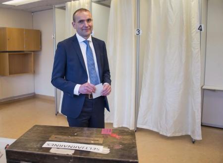 冰岛于6月25日举行总统大选。在开票尚未结束的情况下,完全无公职经验的冰岛政治新手约翰尼生(Gudni Johannesson)自行宣布当选。(HALLDOR KOLBEINS / AFP)