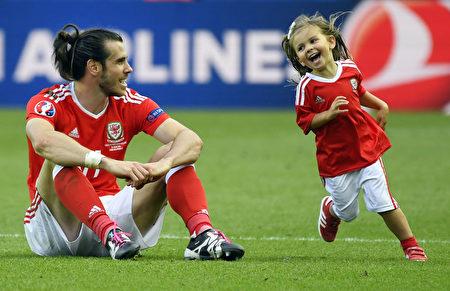 2016年6月25日,威爾斯球員格瑞斯·貝爾(Gareth Bale,左)和女兒阿爾巴(Alba Viola)。(DAMIEN MEYER/AFP)