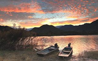 太阳渐渐下去了,河上金光闪闪的,归家的舟子在后门叫卖活虾,并将鱼篓提了上来,主妇们买好了,也就该各归各家了。(大纪元资料图片)