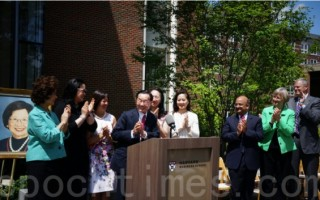 """哈佛商学院""""赵朱木兰中心""""(Ruth Mulan Chu Chao Center)6日举行落成揭幕典礼,美国前劳工部长赵小兰(左一)的父亲赵锡成博士(左四)致感谢辞。(右起)麻州州长贝克、哈佛大学校长福斯特、商学院院长诺里拉。(贝拉/大纪元)"""
