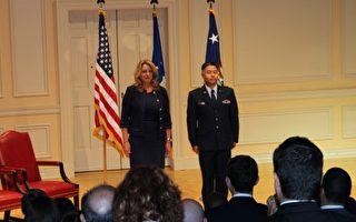 美国华裔联邦众议员刘云平晋升为美国空军上校。周三(6月15日)上午,刘云平在国会图书馆举行的宣誓仪式上接受美国空军部队的授任。(何伊/大纪元)