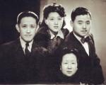 1944年,袁家英、李国元结婚前一年与袁克桓(左一)、陈征合影。(网络)