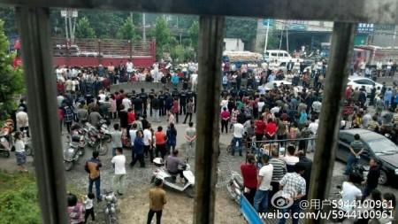 河南禹州市梁北鎮軍張村數百村民因煤礦開採變塌陷區進行維權遭鎮壓。(網絡圖片)