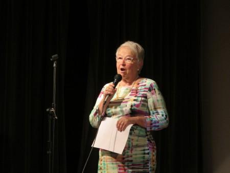 市教育总监法瑞娜表示,双语是一种财富,是一种资源,不是负担,认为掌握双语的孩子是幸运的。(林丹/大纪元)