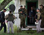 兩名逃犯越獄後,把整個上州鬧得雞犬不寧,圖為警方正在搜捕之中。(Andrew Burton/Getty Images)