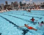 炎炎夏日,不少人喜欢到泳池消暑。(Mario Tama/Getty Images)