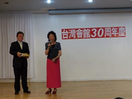 政论家陈破空向台湾会馆赠送自己的著作。(林丹/大纪元)
