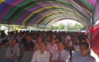 嘉义县东荣国中在烈日下搭布棚举行毕业典礼,连电风扇都没得吹。(蔡鼎三议员提供)