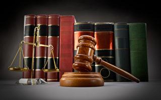 正义的尺度,法律书籍和小木槌在黑暗的背景
