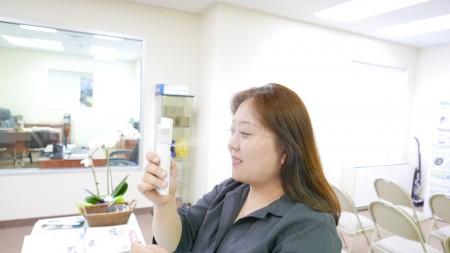 2. 粉刺患者可以用Medi Mist喷水护理脸部皮肤。水粒子小于毛孔,有效通过皮肤角质层,深层供应水分。(图|大纪元)