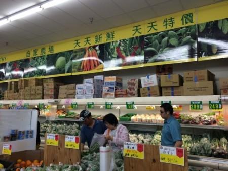 洛杉矶天普市永隆超市也以出售自家农场种植的新鲜有机蔬菜为特色。(刘菲/大纪元)