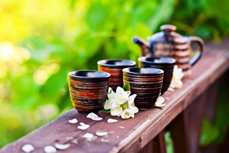 适量喝茶有助放松心情。而菊花茶、薰衣草茶、洋甘菊、玫瑰茶等香草茶,具有降温作用。(Fotolia)