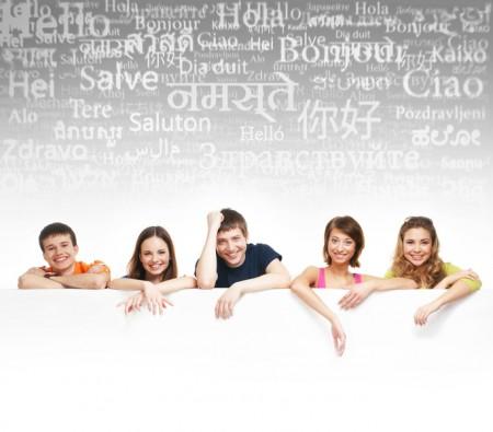 一群十幾歲的孩子在一個巨大白色廣告牌前面(fotolia)