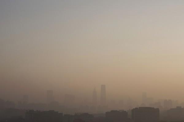 2015年12月10日,北京空气污染严重,整座城市笼罩在阴霾中。(Kevin Frayer/Getty Images)