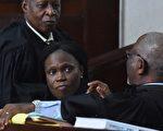 科特迪瓦前第一夫人席蒙尼(中)5月31日因违反人道罪和战争罪行接受审判。她因在2010年总统选举后爆发的内战中所扮演角色接受审判,这场内战造成约3000人丧生。(ISSOUF SANOGO/AFP/Getty Images)