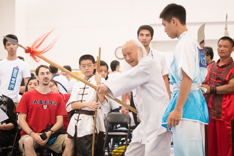 Chao Fu-lin demonstartes his skills with a spear. (Chen Baizhou/Epoch Times)