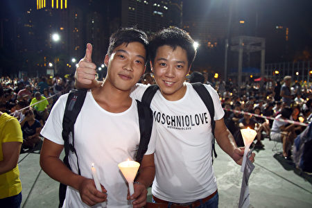从深圳来的高中生。左是小陶,右是小海。(潘在殊/大纪元)