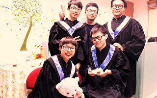 黃筱智(左前)出國前特地和同學們相約穿學士服拍照。(交大提供)