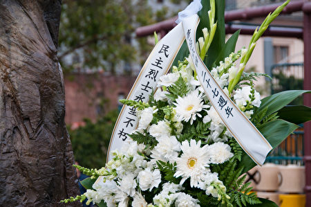 6月4日傍晚,三百多名各界人士在旧金山中国城花园角举办烛光晚会,悼念在1989年六四运动中被中共杀害的英烈们。(周凤临/大纪元)