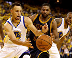 6月5日的NBA总冠军赛第2战,勇士队在主场以110比77狂胜克利夫兰骑士,取得二连胜。(Ezra Shaw/Getty Images)