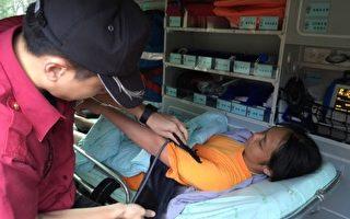 在台湾新北市坪林溯溪失踪的15岁少女何妤婕,在洪流中自行上岸,6月6日清晨向民宅求救。警方通知家属确认身份,消防队欲送医,但家属认为不需要。(消防局提供)