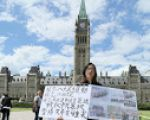 加拿大民運人士侯文卓女士5月30日至6月5日,在渥太華國會山前,紀念「六四」27周年、抗議中共暴政統治的活動。(任僑生/大紀元)
