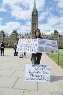 """加拿大民运人士侯文卓女士5月30日至6月5日,在渥太华国会山前,纪念""""六四""""27周年、抗议中共暴政统治的活动。(任侨生/大纪元)"""