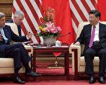 2016年6月7日,中国北京。美国国务卿约翰.克里(左)与中国国家主席习近平在中国上的各种问题,包括寻求中国南海的外交解决方案的谈判。(Nicolas Asfouri - Pool/Getty Images)