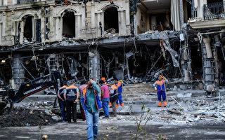 2016年6月7日,土耳其大城伊斯坦堡發生恐怖攻擊事件,當地旅遊熱點遭汽車炸彈襲擊,造成12人死亡,36人受傷。至少有7名警方人員也遇襲死亡。圖為工人清理爆炸現場。(OZAN KOSE/AFP/Getty Images)