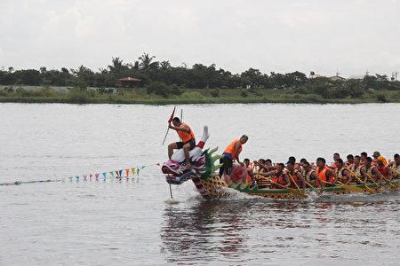 屏東縣一年一度的端午龍舟競賽,8日在東港鎮東港溪進行,一連兩天的比賽,有48個隊伍競逐新台幣100多萬元獎金。(屏東縣政府提供)
