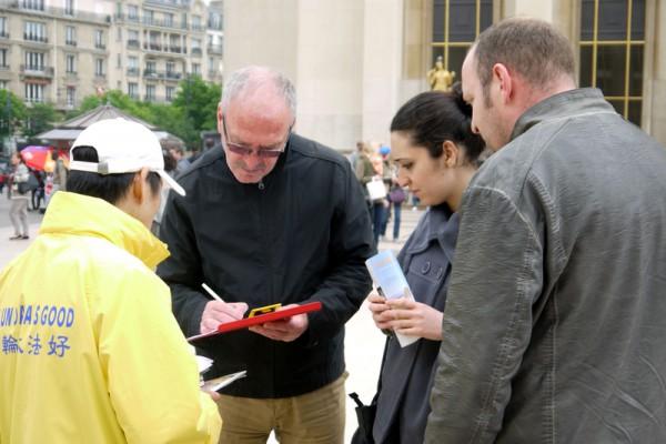 巴黎人權廣場上 中西遊客支持法輪功反迫害