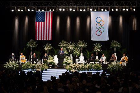 2016年6月10日,拳王阿里的葬禮儀式在家鄉肯塔基州路易維爾市舉行,各界人士出席並發表了覺悟的悼念演講。(MICHAEL B. THOMAS/AFP/Getty Images)