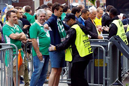 6月16日,觀眾在巴黎體育館進場觀看愛爾蘭和瑞典比賽時接受安檢。(PATRICK KOVARIK/AFP/Getty Images)