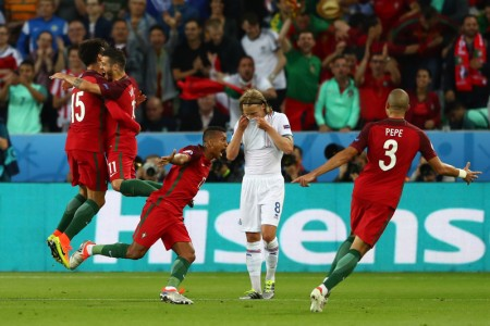6月14日,葡萄牙隊對冰島,兩隊激烈角逐,在葡萄牙人占盡優勢的情況下兩隊1比1握手言和。(Michael Steele/Getty Images)