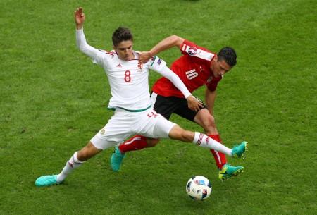 匈牙利Adam Nagy(右)与奥地利Zlatko Junuzovic(左)争球。(Ian Walton/Getty Images)