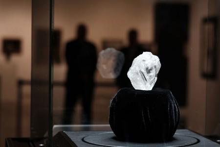 圖為全球最大寶石級原石「我們的光」(Lesedi La Rona)先前在紐約展出,這顆巨鑽即將進行拍賣,可望以超過7000萬美元落槌。(Spencer Platt/Getty Images)