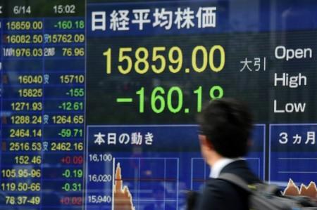 2016年6月14日,東京股市收盤重挫至2個月新低,原因在於英國可能脫離歐盟引發的擔憂升高,重擊市場氛圍。 (TOSHIFUMI KITAMURA/AFP/Getty Images)
