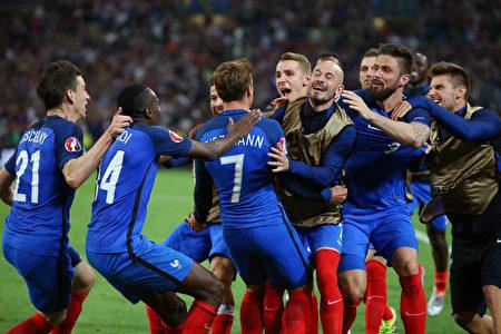 6月15日,法國以2-0戰勝阿爾巴尼亞。圖為法國隊員歡呼勝利。(Alex Livesey/Getty Images)