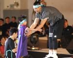 美国职篮台裔球星林书豪(右)6月15日在台北举行球迷见面会,小粉丝要求与林书豪抱抱。(中央社)