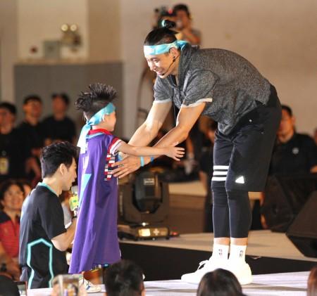 美國職籃臺裔球星林書豪(右)6月15日在臺北舉行球迷見面會,小粉絲要求與林書豪抱抱。(中央社)