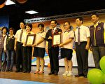 市长(右4)奖与议长(左4)奖同时颁奖。(李撷璎/大纪元)