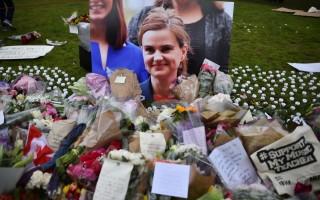 2016年6月18日,英国挺留欧女议员柯克斯(Jo Cox)惨遭杀害后,民众以花束悼念她。(BEN STANSALL/AFP/Getty Images)
