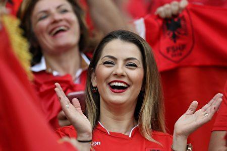 6月15日,2016歐洲盃A組法國對阿爾巴尼亞 的比賽,阿爾巴尼亞女球迷為自己國家隊加油。(VALERY HACHE/AFP/Getty Images)