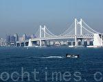 广安大桥造型优美,是釜山市的地标之一,是仅次于仁川大桥的韩国第二长桥。(戴德蔓/大纪元)