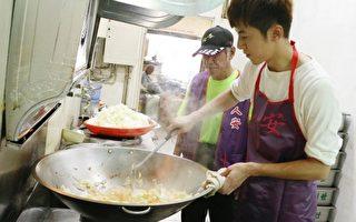 李国毅(右)与街友义工合力下厨准备餐食。(人安基金会提供)