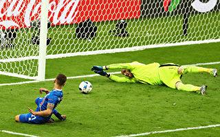 冰岛的Arnor Ingvi Traustason在下半场最后一刻射入第二球。(Clive Mason/Getty Images)