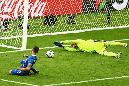 冰島的Arnor Ingvi Traustason在下半場最後一刻射入第二球。(Clive Mason/Getty Images)