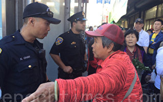 6月20日,姚阿姨在旧金山唐人街认为有人偷了她的钱包,向警察说明。(李霖昭/大纪元)
