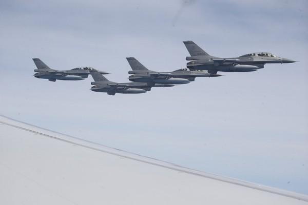 蔡英文出访双巴过境美国 4架F-16伴随护航